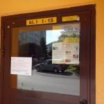 Plakaty promujące głosowanie rozwieszone były na klatkach na osiedlu